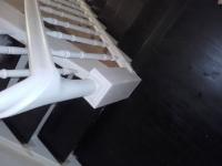 Szlifowane-schody-samonośne-malowane-biała-i-czarną-farbą-poliuretanową16