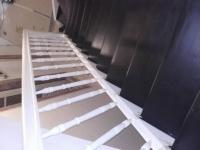 Szlifowane-schody-samonośne-malowane-biała-i-czarną-farbą-poliuretanową7