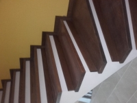 schody-debowe-barwione-na-orzech-i-podstopnie-z-cokołu