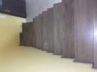 schody-debowe-barwione-na-orzech-i-podstopnie-z-cokołu2