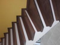 schody-debowe-barwione-na-orzech-i-podstopnie-z-cokołu3