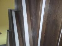 schody-debowe-barwione-na-orzech-i-podstopnie-z-cokołu5